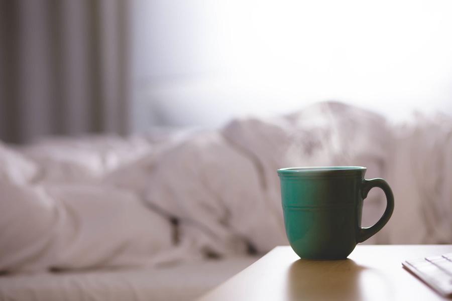spanie, bezsenność, łóżko, kubek